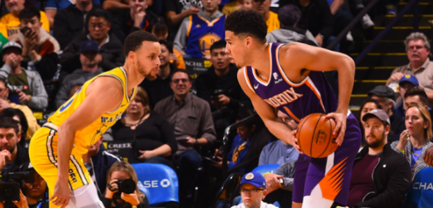 Devin Booker, ante Stephen Curry durante el Suns-Warriors.