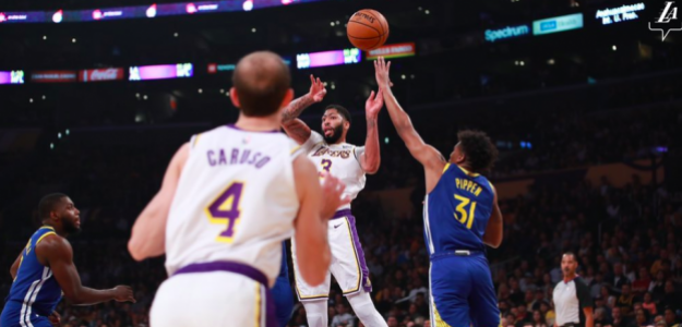Anthony Davis intenta conectar con Alex Caruso.