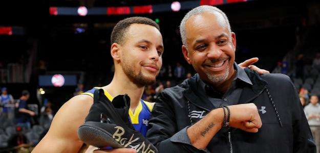 Dell Curry, junto a su hijo Stephen en un partido de los Warriors.