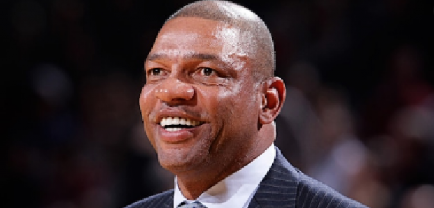 Doc Rivers dirigiendo un partido con Los Angeles Clippers.