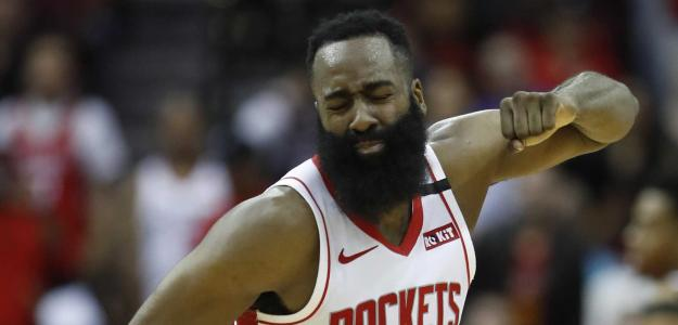 James Harden, lamentando un fallo.