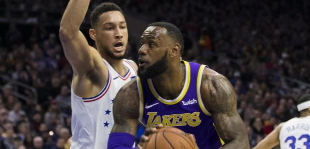 Ben Simmons intenta defender a LeBron James.