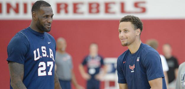 LeBron James y Stephen Curry entrenando con Estados Unidos.