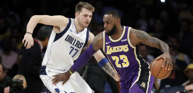 LeBron James y Luka Doncic disputando un partido de la actual temporada.