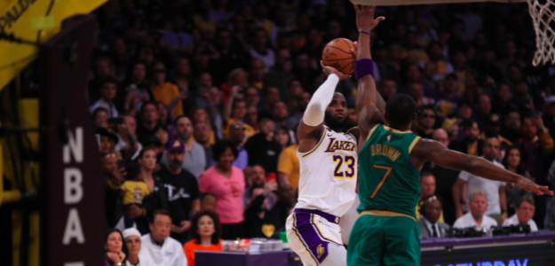 LeBron James, anotando la canasta decisiva en el Lakers-Celtics.