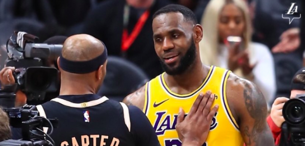 LeBron James saluda a Vince Carter tras el Lakers-Hawks.