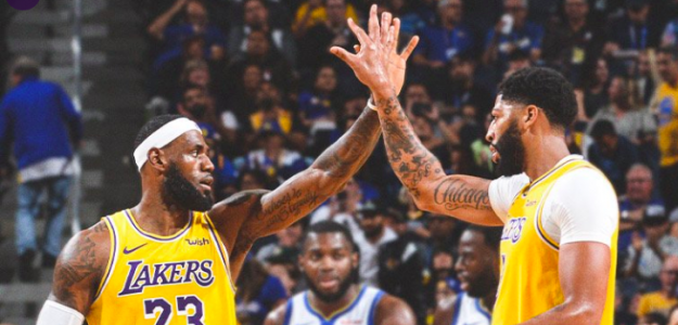 LeBron James y Anthony Davis celebran una canasta.