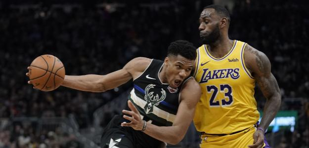 Giannis Antetokounmpo, ante LeBron James en un Lakers-Bucks.