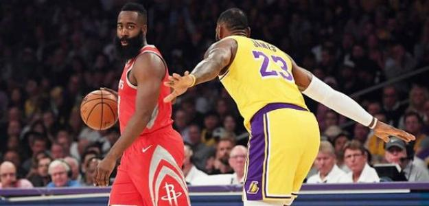 LeBron James defendiendo a James Harden en un partido