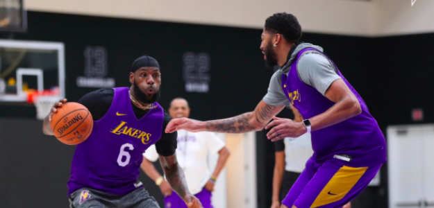LeBron James y Anthony Davis en un entrenamiento de los Lakers.