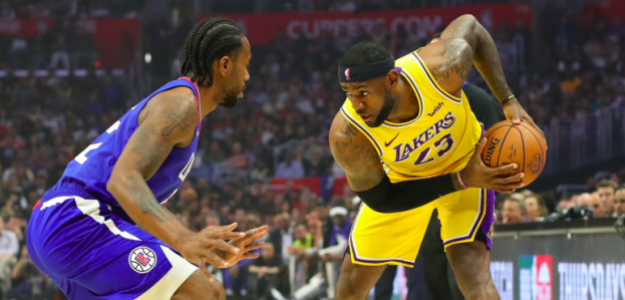 LeBron James, frente a Kawhi Leonard.