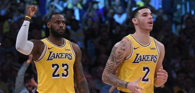 LeBron James y Lonzo Ball, jugadores de Los Angeles Lakers.