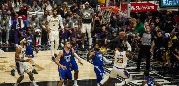 LeBron James, ante Paul George, en un Lakers-Clippers de la presente temporada.
