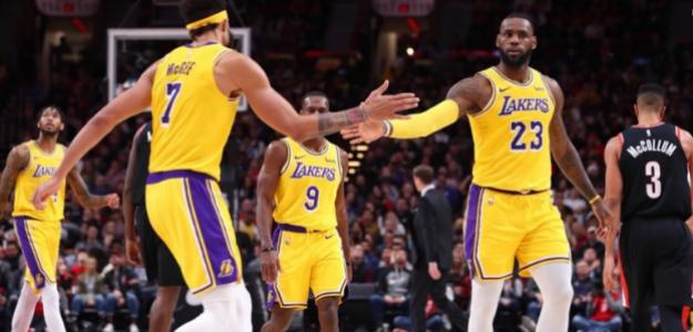 JaVale McGee y LeBron James, jugadores de Los Angeles Lakers.