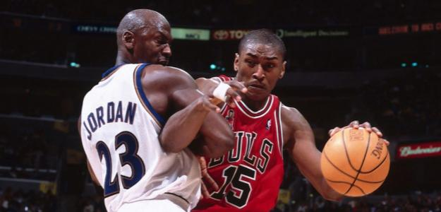 Michael Jordan, frente a Metta World Peace (por entonces Ron Artest), en un Wizards-Bulls.