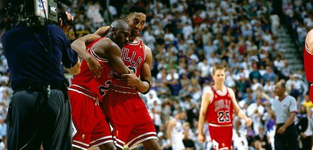Scottie Pippen ayuda a Michael Jordan en 'The flue game'.