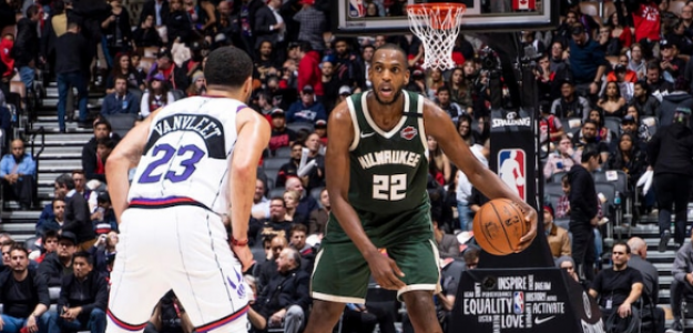 Khris Middleton, frente a Fred VanVleet, en el Raptors-Bucks.