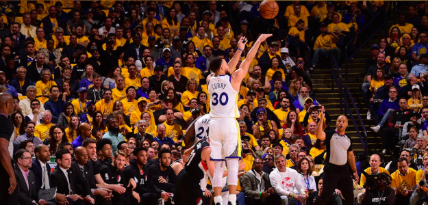 Stephen Curry lanza un triple ante los Blazers.