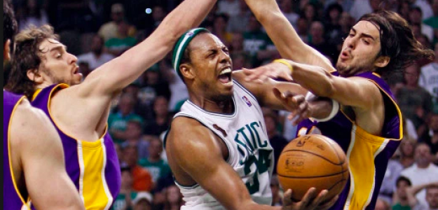 Sasha Vujacic y Pau Gasol intentan taponar a Paul Pierce en un Lakers-Celtics.