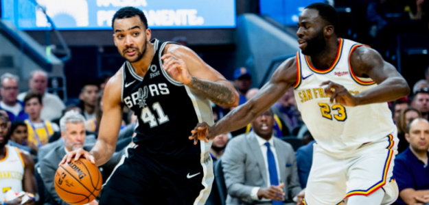Trey Lyles avanza ante Draymond Green en el Spurs-Warriors.
