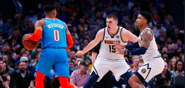 Jokic intenta defender a Westbrook.
